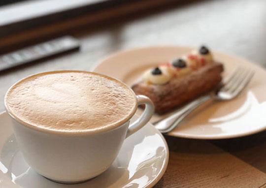 豆や製法にこだわった優雅で香り高いコーヒー 写真は「カプチーノ」