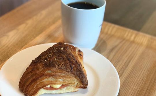 マーサンミッシェルカフェ天久リウボウ店_コーヒーとスイーツの写真