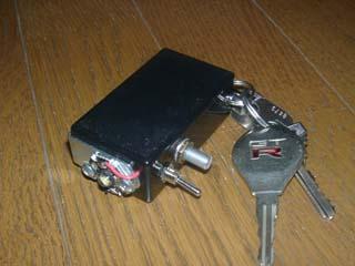 電池は安物のアルカリ電池006Pの9Vで、2代目と同様に電流調整用の可変抵抗もつけた。  単独で試験する限り電流は1A程度でちょうどよかったが、上のようにして使い